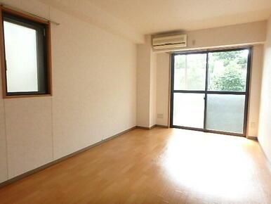 南向き・角部屋2面採光で日当たりの良い洋室
