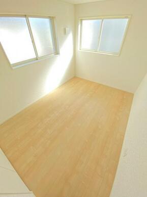 各居室には窓と収納が備え付けてあり、どのお部屋でも気持ちよく過ごせます