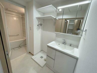 洗濯機スペース上部には使い勝手の良い棚付