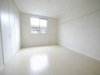 白を基調とした清潔感のあるお部屋になっております♪ 用途に合わせて使える収納あり!