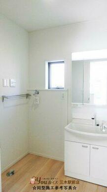 ☆同型施工参考写真☆ 三面鏡付きの洗面台で、朝の身支度もしやすいですね!