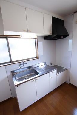 窓付きの明るいキッチン お好みのガスコンロが設置できます