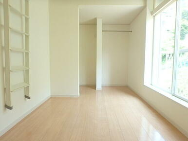 白を基調とした5.5帖の明るい洋室とロフトです