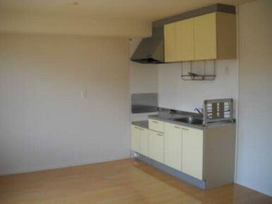 すっきり壁際に収まったキッチンはお部屋を広く使えます