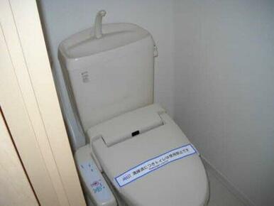 暖房洗浄便座つきのトイレです。トイレはすっきり清潔が一番です