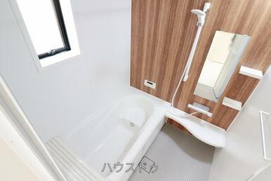 浴室でございます♪ゆっくりと湯船に入り一日の疲れを癒して下さいね(^O^)お好きな香りの入浴剤を入…