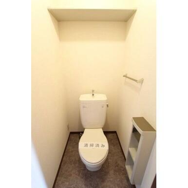 ★トイレ★上部に棚があるのでトイレットペーパーなどストックしておけますね♪