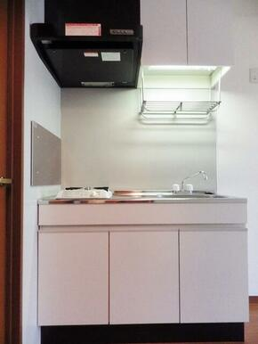 キッチンの様子です。上下に収納が付いており、とても便利です。