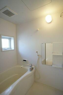 【浴室】1日の終わりは清潔感のある快適な空間で、ゆっくりと疲れを癒してください♪