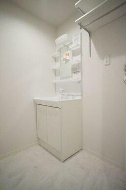 ◆洗面所◆洗髪洗面化粧台はシャワー付きです。室内洗濯機スペース、収納棚、タオル掛け付きです♪収納棚は