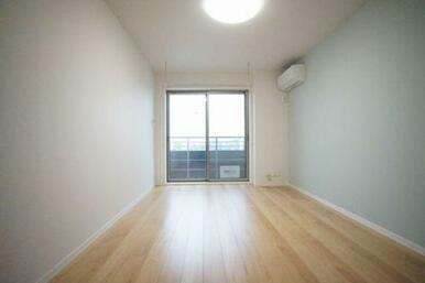 ◆洋室(10.3帖)◆エアコン1台、照明付きなので、初期費用が抑えられそうですね♪