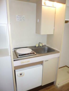 IHコンロ・ミニ冷蔵庫・収納付きのキッチン