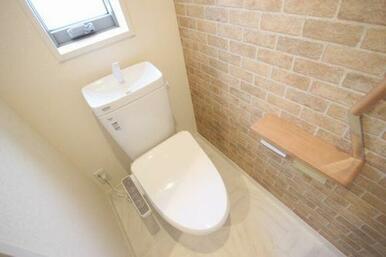 ◆トイレ◆アクセントクロス貼り+小窓付き。