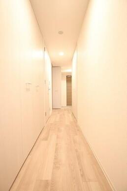 白い建具なのですっきり圧迫感のない廊下です。
