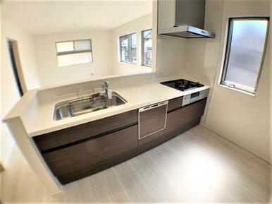 【キッチン】三口コンロで料理の幅を拡げてくれる使いやすいシステムキッチンを採用。