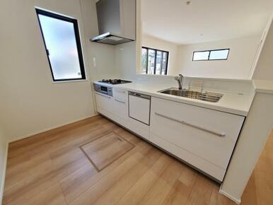 キッチン 隣に大きめの窓があるので風通しも良く、脱臭などもしやすいです。