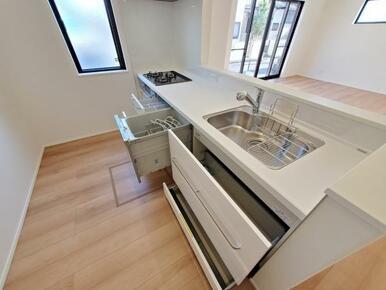 キッチン オールスライド収納なので整頓もしやすく、調理器具も迷子になりません。