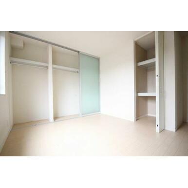 ◆洋室(6.9帖)◆収納が多く、お部屋がスッキリ使えそうですね♪ハンガーパイプ付きや、棚付きのクロー