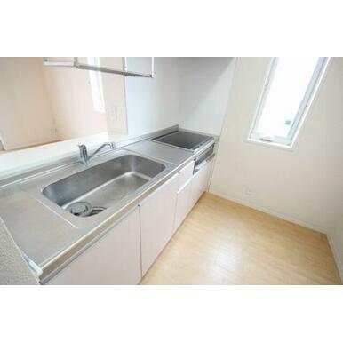 ◆キッチン◆IHコンロ、グリル付きのシステムキッチンです!吊り棚もあるので調理スペースがしっかり確保