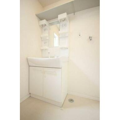 ◆洗髪洗面化粧台◆忙しい朝にもシャンプーができちゃいます☆室内洗濯機スペース、収納棚付きです♪