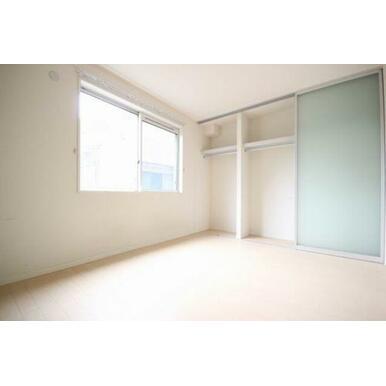 ◆洋室(6.9帖)◆窓から光が差し込む明るいお部屋です♪