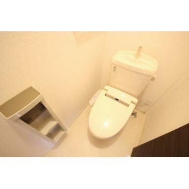 ◆洗浄便座付きトイレ◆タオル掛け、ペーパーホルダー付きです♪