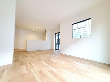 5号棟:リビング 白と茶色の柔らかな色彩なので家具やカーテンの色を選びやすくなっています。