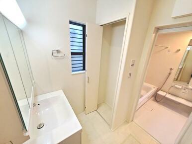 5号棟:洗面 収納豊富なミラーキャビネット付きの洗面台。トレーを外して丸洗いも可能です。