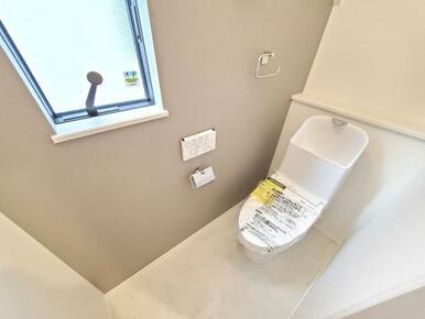 5号棟:トイレ 一面だけアクセントクロスを効かせて、こんなところもオシャレに。