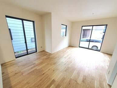 5号棟:リビング へこみ傷やすり傷・摩耗に強いワックスフリーの床材を採用。