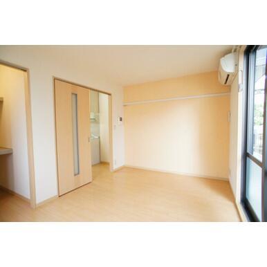 オレンジ色のアクセントクロスがおしゃれなお部屋を演出♪やさしい色使いのお部屋です