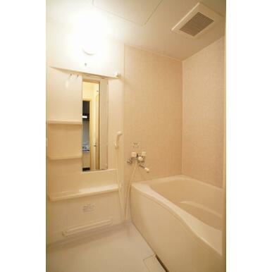 浴室には、大きめの鏡と、水のかかりずらい高さに便利な棚が付いてます♪
