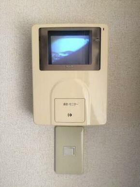 モニター付きインターホンで来訪者を事前に確認して防犯対策に