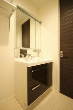 【洗面台】シャワー付きで髪を洗ったり洗面ボウル内の掃除に便利。3面鏡でサイズは750。収納は引き出し