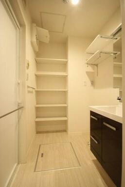 【洗面所】室内洗濯機置き場もこちらにあります。洗濯機置き場上にあるランドリーラックや奥の棚はタオルや