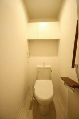 【トイレ】洗浄暖房便座のトイレ。上部には収納もあります。手摺もあると意外に便利です。