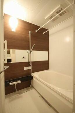 【浴室】浴槽サイズは1318.ワイドタイプの鏡やサーモスタッド水洗。シャンプーボトルなどを置くのに便