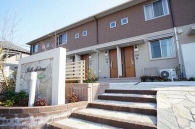 上下ツートンカラーの外壁が可愛らしい「ベルシャトー」。オール電化採用で環境配慮型の賃貸住宅です!