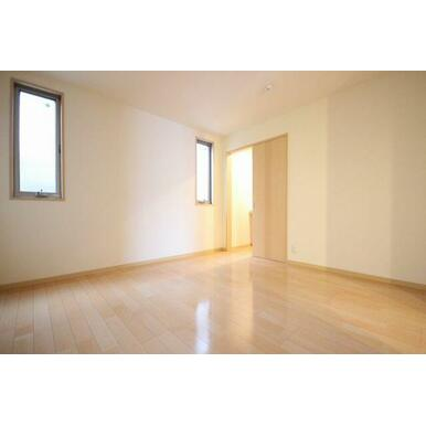 ◆洋室◆寝室にピッタリ♪床色も建具もナチュラルなお色です☆