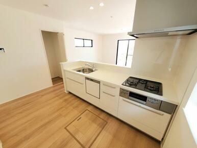 1号棟:キッチン 浄水器内蔵水栓やスライド食洗機など充実設備のキッチン。
