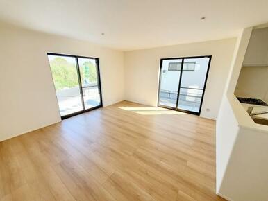 1号棟:リビング 白と茶色の柔らかな色彩なので家具やカーテンの色を選びやすくなっています。
