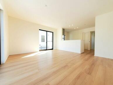 1号棟:リビング へこみ傷やすり傷・摩耗に強いワックスフリーの床材を採用。