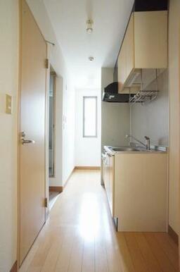 ◆キッチン(2.2帖)◆上下セパレートタイプの収納付きで、食器や調理器具がたくさん収納できそうですね