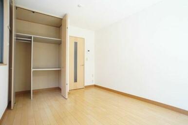 ◆洋室(6.9帖)◆クローゼットは棚付きで収納もしやすいです!