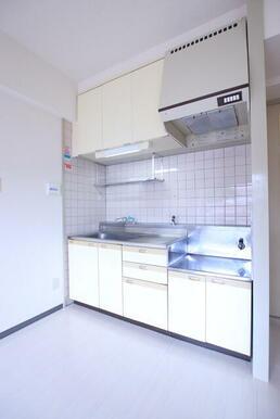 収納が充実!2口コンロ設置可能なキッチンです。