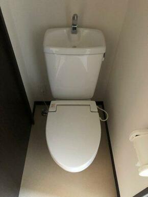 温水便座機能付きトイレ
