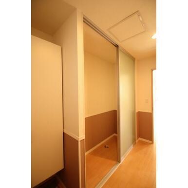 収納をタップリ用意しておりますので洋服が多くて困っている方にお勧めです☆洗濯機を天井高ある扉の仕切り