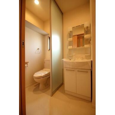 シャワー付き洗面台で、髪を洗うことも可能です☆洗浄付き便座となっており、寒いときには便座を温めてくれ