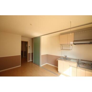 キッチンと洋室が一緒にありますが、キッチンを天井高ある扉の仕切りで隠すことができ生活感を隠すことの出