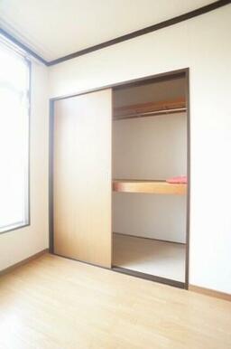 2段に分かれている奥行きのある収納にはハンガーパイプがあり、洋服を掛けることができます♪